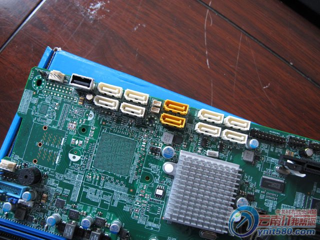 超微X10DAI服务器主板   超微X10DAI双路工作站主板最大内存容量(取决于内存类型)支持高达1TB的DDR4ECC注册内存(UDIMM),内存类型为2133 MHz ECC DDR4,支持16倍速DIMM插槽,DIMM大小可选择32GB,16GB,8GB,4GB单条,内存电压为1.5V,1.35V。扩展插槽中PCIExpress配置3PCI-E3.