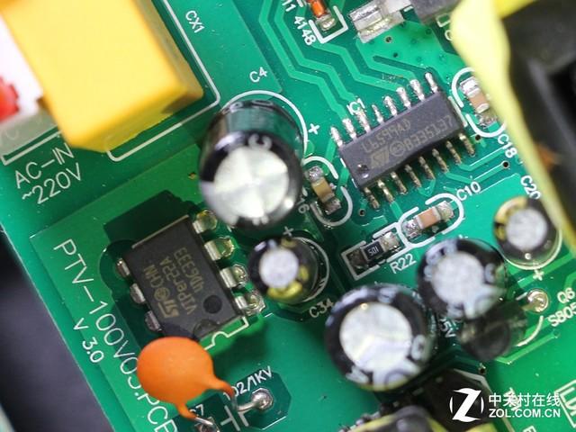 TY-D02N主板芯片 这款音箱的电路板设计紧凑精密,做工绝非一般小厂商能够比拟。此外在箱体内部我们还能更为直观地看见其采用的大口径散热倒相孔,这样的设计可以让音箱工作时具有更小的风噪,让低频的表现更为出色。电路板上的很多接线、连接处都使用了橡胶封装,避免不必要得出现接触不良现象的发生。