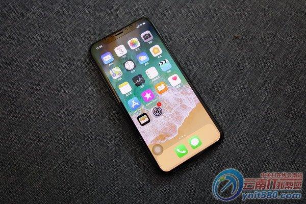 外观部分   外观方面,iPhone X采用无边框屏幕,采用超级Retina显示屏以及OLED技术。从外观上来看,正面由一块异形屏构成,整个前部只保留顶部的听筒、自拍相机和传感器。iPhone X尺寸是5.8英寸,外框将是一个连续的不锈钢带,前面和后面都是增强性玻璃面。这是iPhone自2010年发布iPhone 4之后,又重新回归前后玻璃+金属中框设计。